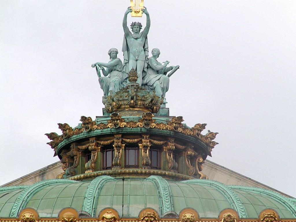 Les statues situées sur l'Opéra
